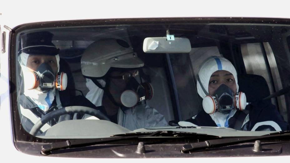 Policiais patrulham a área atingida pela usina nuclear em Fukushima, no Japão