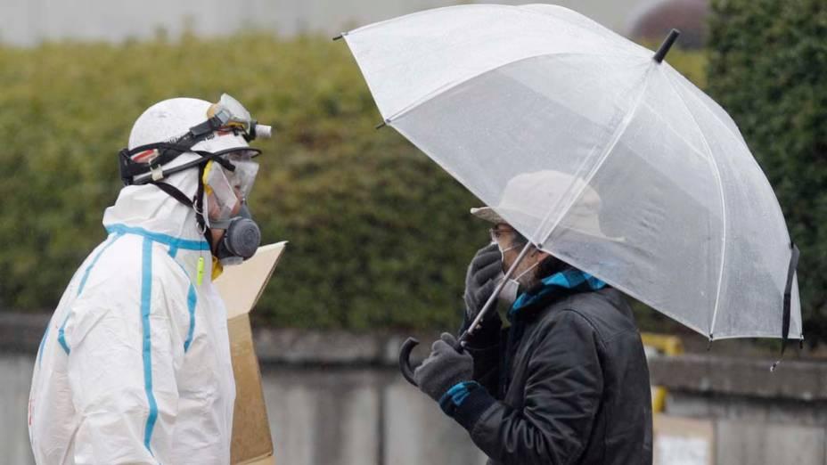 Oficial ajuda morador de Koriyama no centro de controle de radiação, Japão