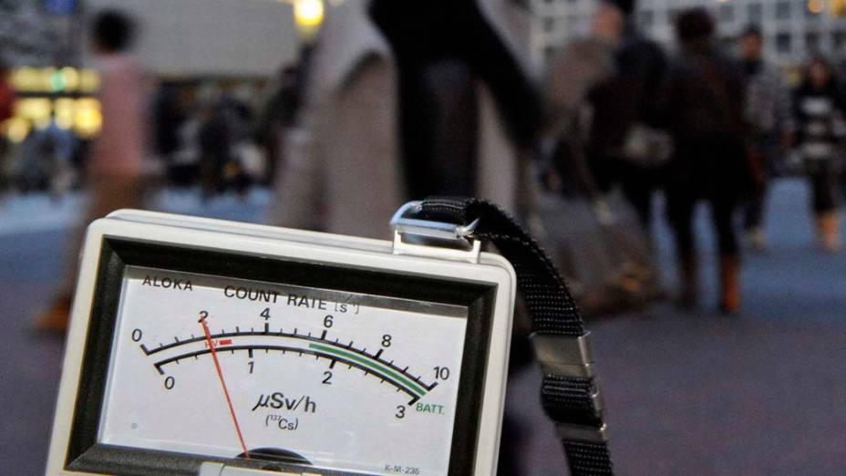 Medidor de radiação nuclear nas ruas de Tóquio, Japão