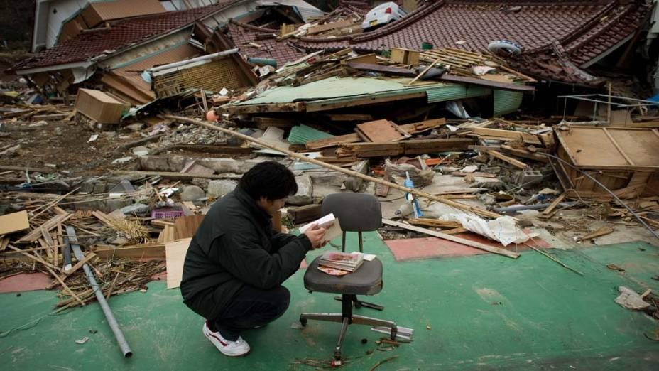 Morador de Oshima procura objetos e lembranças no local onde estava a sua casa, Japão