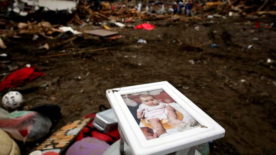 Foto de crianca em escombros na cidade de Rikuzentakata, Japão