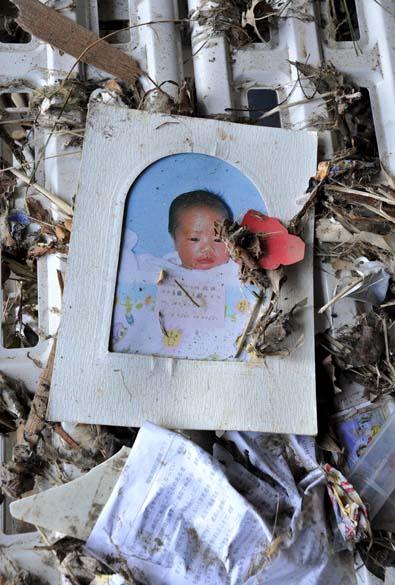 Foto de criança em escombros na cidade de Minamisanriku, Japão