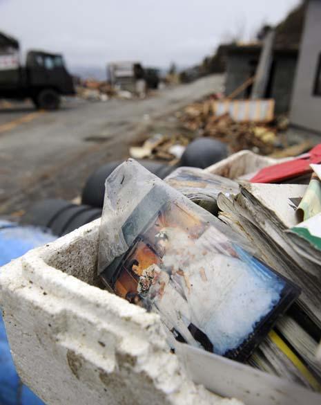 Foto de casamento em escombros na cidade de Onagawa, Japão
