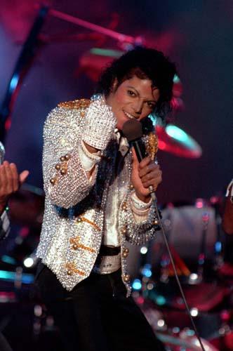Com aplicações brilhosas e sua famosa luva, Michael Jackson se apresentou em 1984