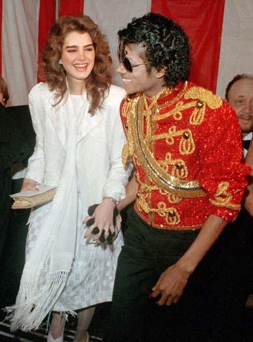 Com a atriz Brooke Shields em uma premiação em 1984 usou uma jaqueta vermelha com motivos militares que fizeram sua fama