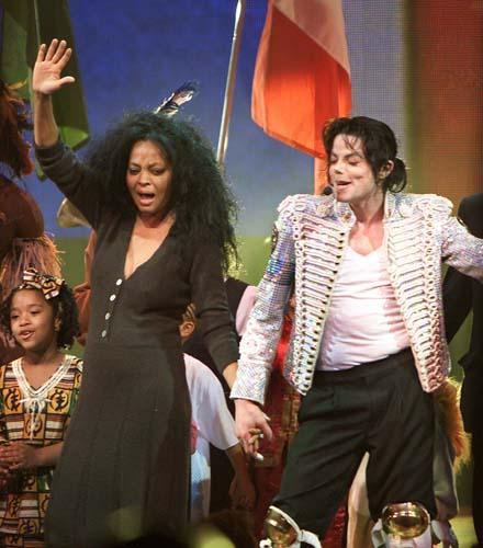 Em apresentação com a cantora Diana Ross em 2002: outra versão da veste militar