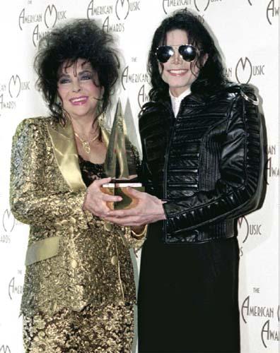 Com a atriz, e amiga, Elizabeth Taylor, após premiação em 1993. Na ocasião o astro vestiu uma jaqueta de couro