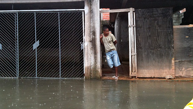 Moradores da Vila Itaim enfrentam alagamentos em diversas ruas do bairro - 26/01/2012
