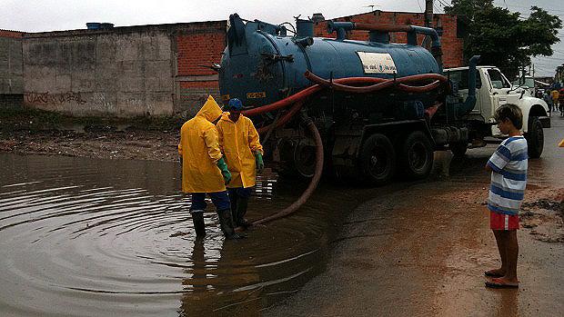 Caminhões da prefeitura fazem a drenagem da água, que é devolvida para o Rio Tietê - 26/01/2012