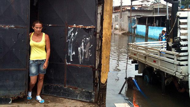 Kelly Silva teve que deixar sua casa durante um mês no verão passado. Este ano a água voltou a invadir a residência - 26/01/2012