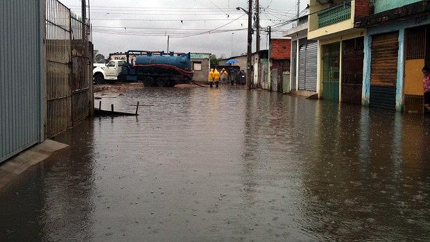Rua alagada na Vila Itaim, Zona Leste de São Paulo - 26/01/2012