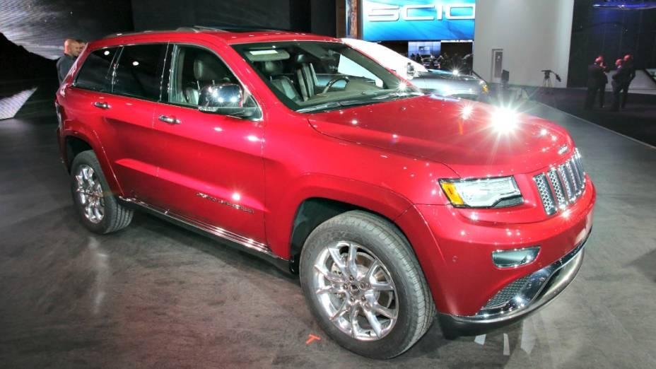 Jeep Grand Cherokee - Um dos principais destaques da Chrysler, o jipão mostra sua reestilização de meia-vida, aquela em que as partes frotal e traseira são os principais alvos. No caso do SUV, os faróis, a grade frontal e os para-choques são novos. Mas as novidades não se resumem à parte estética. O novo motor V6 3.0 litros, turbodiesel, de 243 cv e 58,1 kgfm de toque passa a equipar o modelo, que deve estrear no Brasil no ano que vem