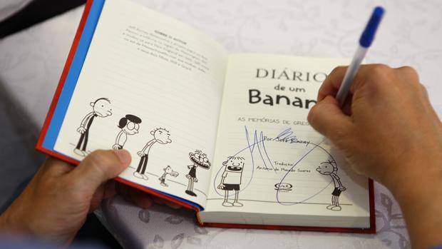 O criador de Diário de um Banana, Jeff Kinney, autografa livro em visita ao Brasil