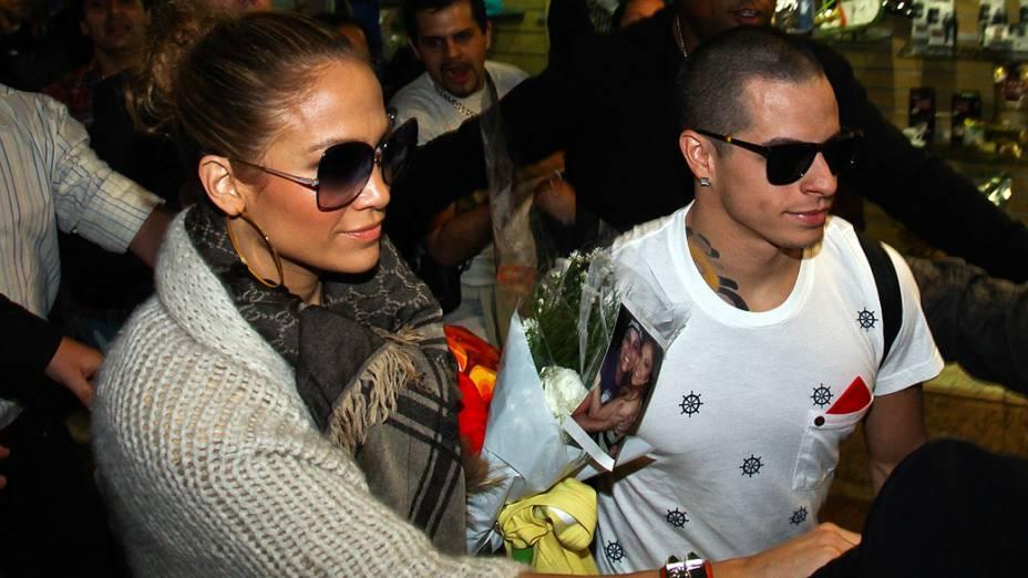 Jennifer Lopez com o namorado no aeroporto de Guarulhos, em São Paulo