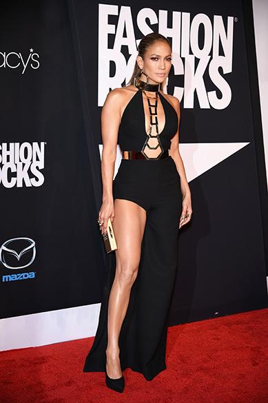 A cantora Jennifer Lopez, a quarta famosa mais bem vestida do ano, conseguiu chamar a atenção com um modelo da grife italiana Versace durante o evento que une os mundos da moda e da música Fashion Rocks, em Nova York