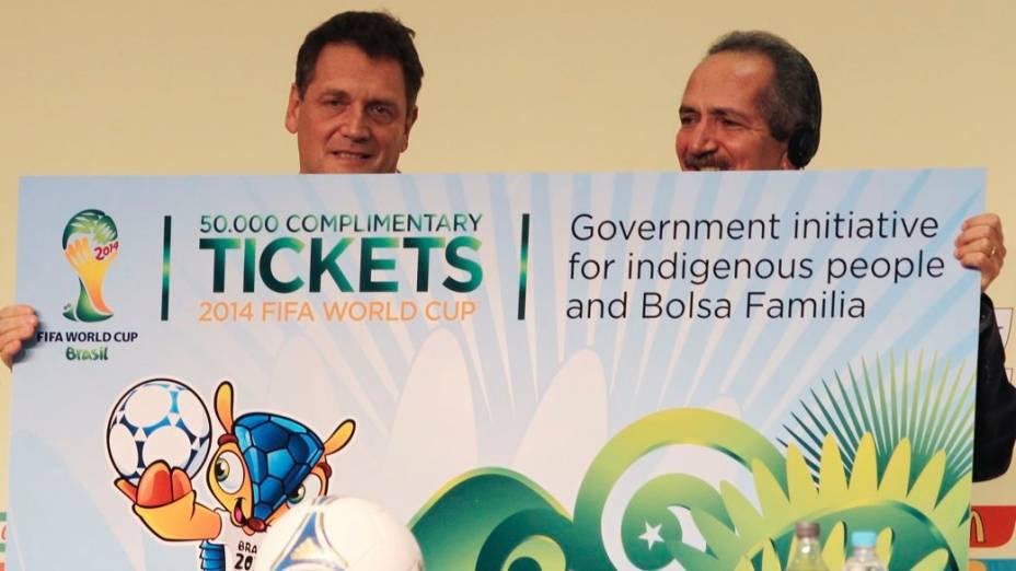 Valcke entrega a Aldo ingressos para índios e beneficiários do Bolsa Família em 2014