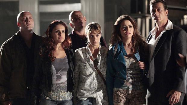 Jéssica (Carolina Dieckmann), Waleska (Laryssa Dias) e Rosângela (Paloma Bernardi) são negociadas por Russo (Adriano Garib) no capítulo de 13 de novembro de Salve Jorge