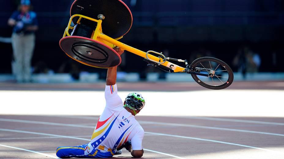O venezuelano Jesus Aguilar, após queda pouco antes da linha de chegada nos 800 m classe T53 no Estádio Olímpico de Londres