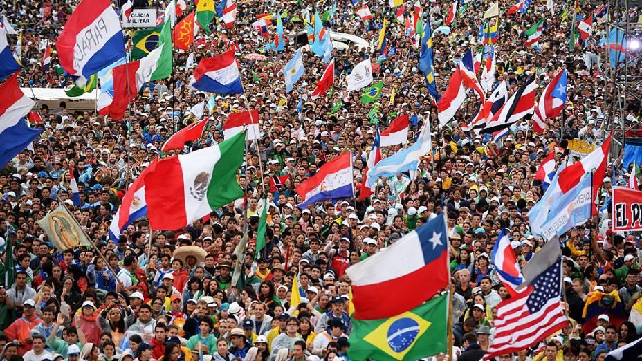 Religiosos de diferentes países se preparam para a missa de abertura da Jornada Mundial da Juventude (JMJ) em Copacabana, no Rio de Janeiro