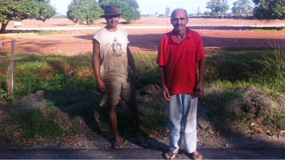 Jorge Machado, 67 anos, e o filho de mesmo nome, de 44, em frente ao terreno do Campus Fidei, em Guaratiba