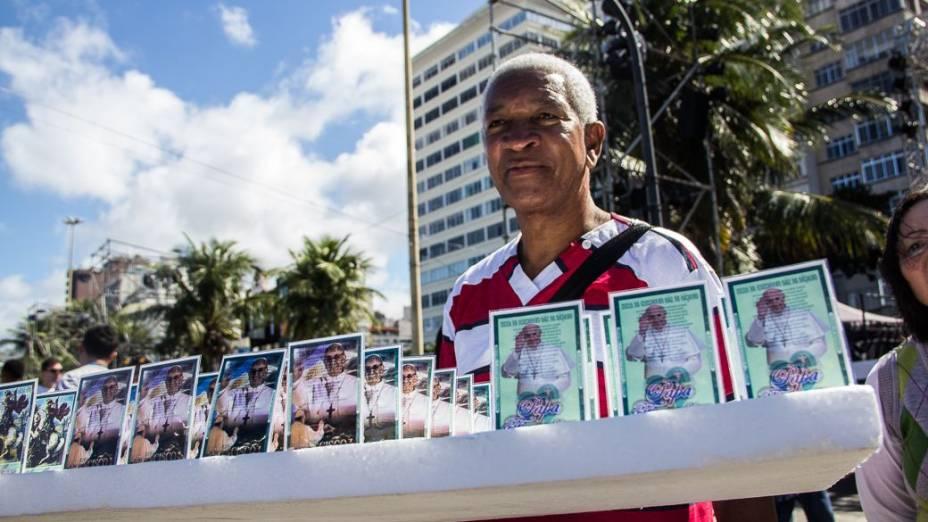 Vendedor ambulante na praia de Copacabana para a visita do Papa Francisco nesta sexta-feira (26)