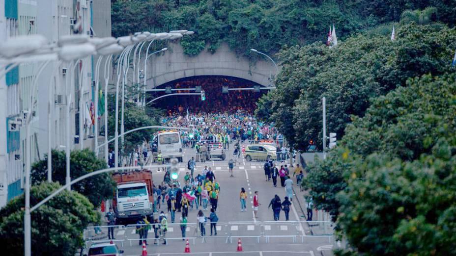 Túnel no Rio fica amontoado de gente, após polícia bloquear a passagem dos fiéis, em 26/07/2013