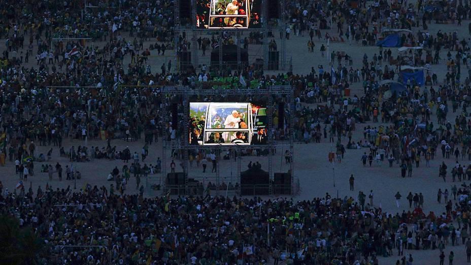 Preparativos na praia de Copacabana para a visita do Papa Francisco nesta sexta-feira (26)