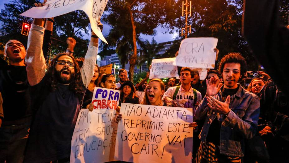 Manifestantes fazem protesto durante a passagem do Papa em Copacabana, na Jornada Mundial da Juventude (JMJ), em 26/07/2013