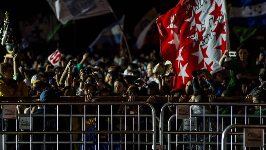 A cruz peregrina, símbolo da Jornada Mundial da Juventude levada para perto altar antes da missa de abertura em Copacabana, no Rio de Janeiro