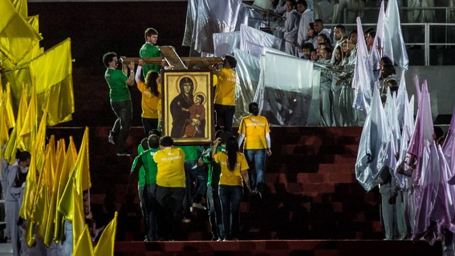 A cruz peregrina e o ícone de Nossa Senhora, símbolos da Jornada Mundial da Juventude levados para junto do altar antes da missa de abertura em Copacabana, no Rio de Janeiro