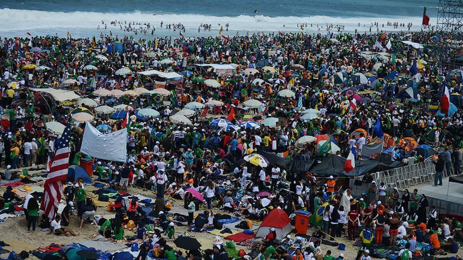 Fiéis lotam a praia de Copacabana durante a Jornada Mundial da Juventude, em 27/07/2013