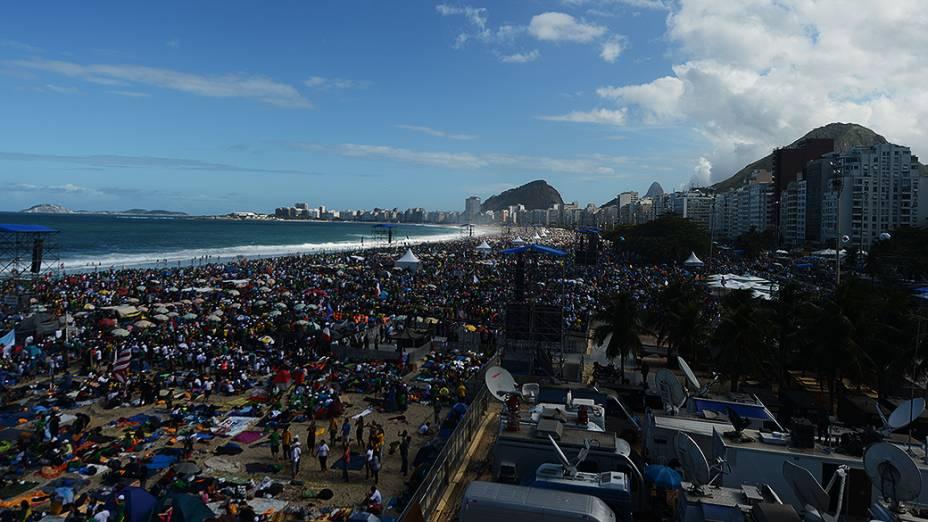 Movimentação de fiéis na praia de Copacabana, no Rio de Janeiro, em 27/07/2013