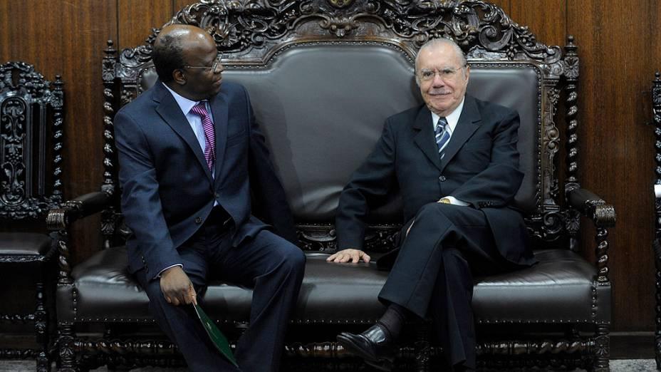 O ministro Joaquim Barbosa, que assume em breve a Presidência do Supremo Tribunal Federal (STF), entrega o convite para sua cerimônia de posse ao presidente do Senado, José Sarney (PMDB-AP)