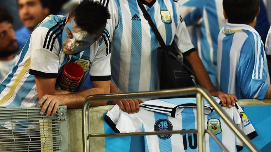 Torcedores da Argentina lamentam a derrota para a Alemanha na final da Copa do Mundo no Maracanã, no Rio