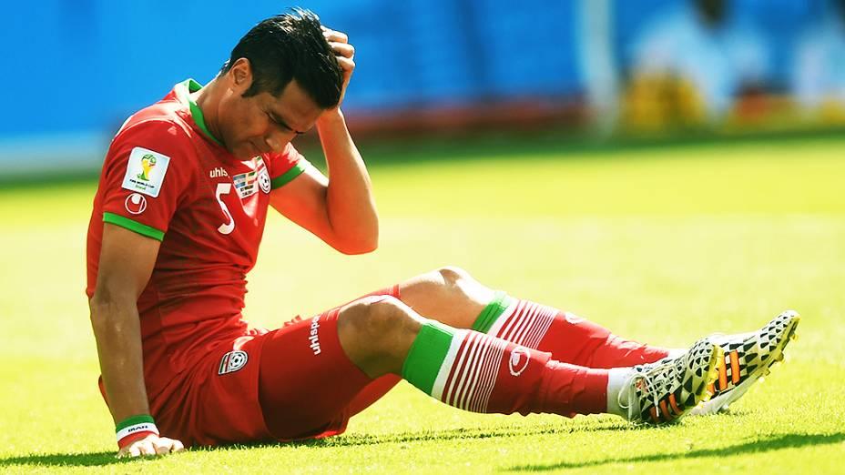 O iraniano Amir Hossein Sadeqi cai em campo no jogo contra a Argentina no Mineirão, em Belo Horizonte