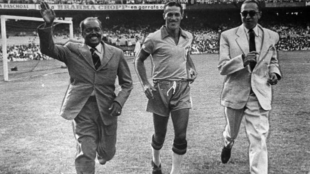 Leônidas da Silva (à esq.), Ademir de Menezes (no centro) e Arthur Friedenreich, em 1969