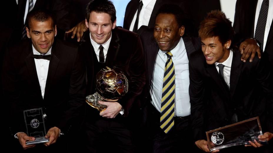 Daniel Alves e Lionel Messi, do Barcelona, com Pelé e Neymar no prêmio Bola de Ouro da FIFA em 2011