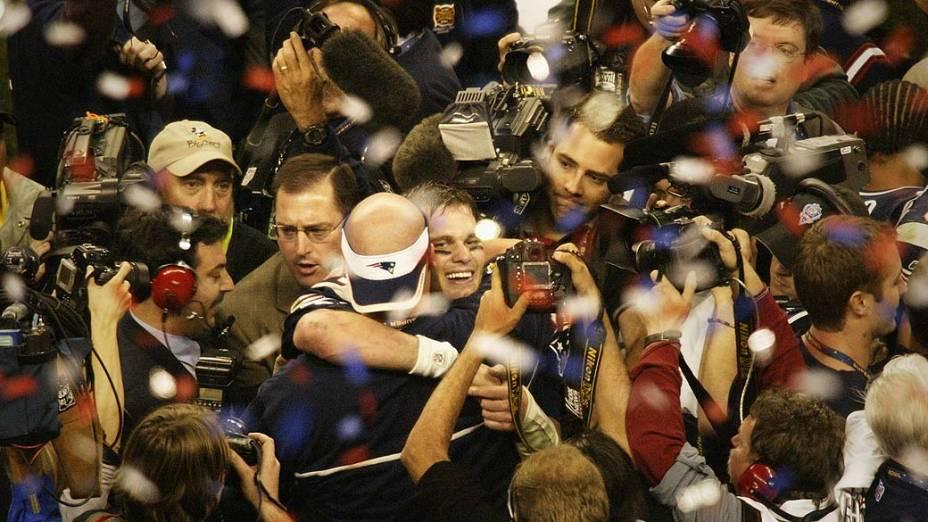 """Tom Brady e o """"New England Patriots"""" comemoram vitória sobre o """"Carolina Panthers"""" em Houston em 2004"""