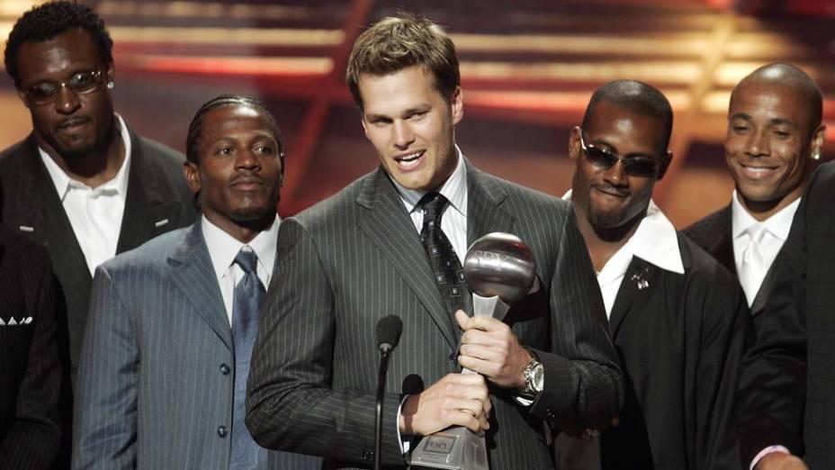 """Tom Brady e colegas do """"New England Patriots"""" recebem o prêmio ESPY pela categoria Melhor Jogo em Hollywood"""