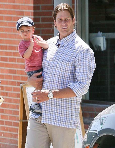 Tom Brady passeia com seu filho Benjamin em Los Angeles, Estados Unidos