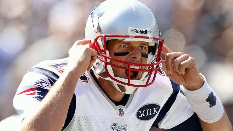 """Tom Brady dá instruções a seu time durante partida do """"New England Patriots"""" contra o """"Oakland Raiders"""""""