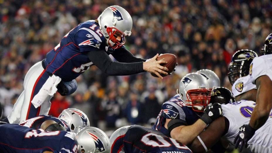 """Tom Brady em mergulho para marcar touchdown durante partida contra o """"Baltimore Ravens"""""""
