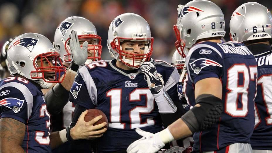 Tom Brady comemora touchdown com colegas de time