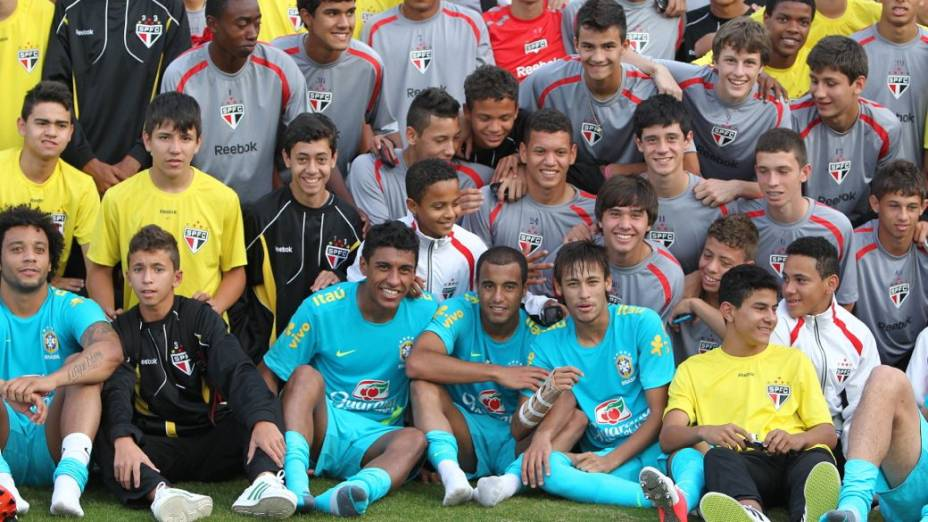 Jogadores da seleção posam para foto com atletas das categorias de base do São Paulo no CT de Cotia, na quarta-feira
