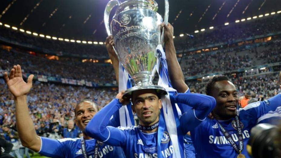 Jogadores do Chelsea comemoram o título com troféu
