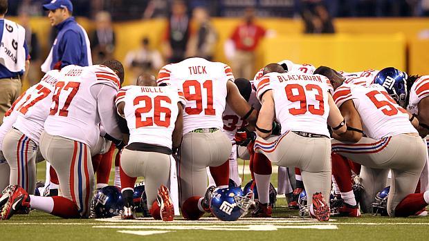 Jogadores do New York Giants antes da partida contra o New England Patriots, no Super Bowl 46