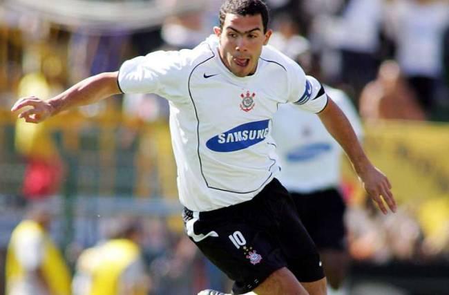 A estrela do Boca Juniors Carlitos Tevez foi contratado em 2005 pelo Corinthians por vinte milhões de dólares. No mesmo ano, ele ajudou a equipe paulista a conquistar o campeonato Brasileiro.