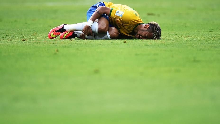 Neymar cai no gramado após sofrer falta no jogo contra o México no Castelão, em Fortaleza