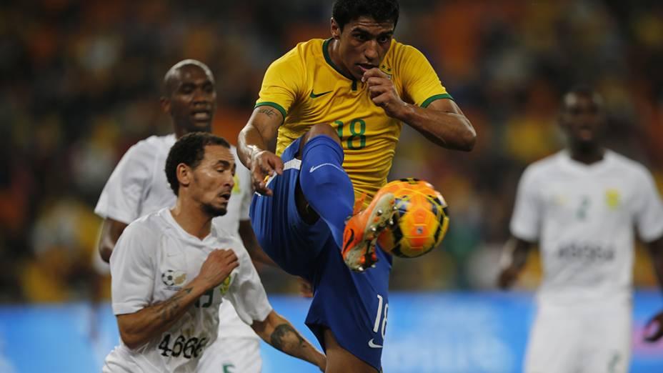 O jogador Paulinho na partida contra a África do Sul