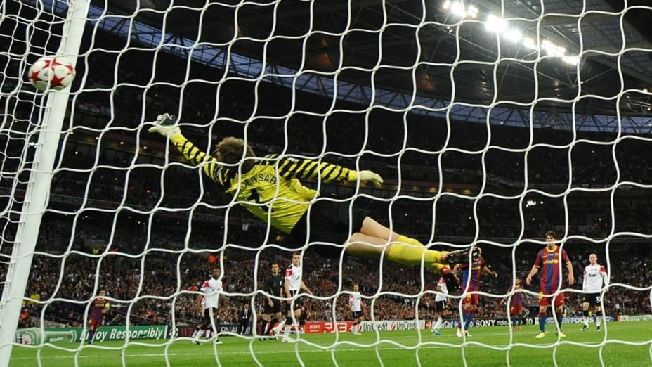 Goleiro do Manchester United, Edwin van der Sar, tenta alcançar a bola após o chute de David Villa, durante a final da UEFA Champions League, em Londres